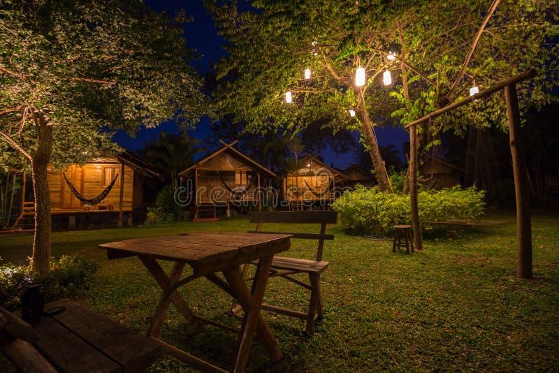 Drewniani bungalowy przy nocą zdjęcie stock