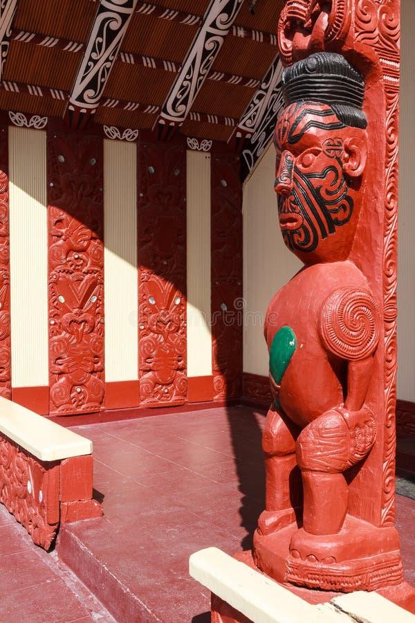 Drewniani cyzelowania na Maoryjskim spotkanie domu, Rotorua, Nowa Zelandia fotografia royalty free