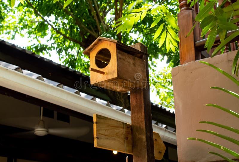 Drewniani domy dla ptaków w twój ogrodowej dekoraci zdjęcia royalty free