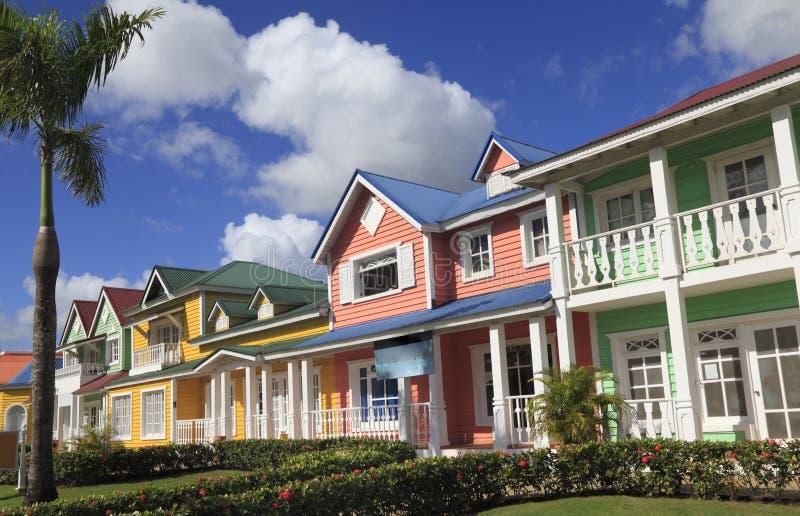 Drewniani domy malowali w Karaibskich jaskrawych kolorach w Samana, republika dominikańska zdjęcia stock