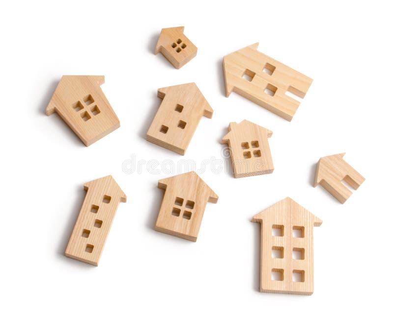 Drewniani domy na białym tle Pojęcie wzrastające ceny dla mieścić lub czynszu Rosnący popyt dla mieścić i nieruchomości zdjęcia royalty free