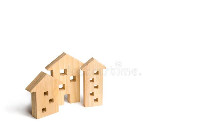 Drewniani domy na białym tle Pojęcie wzrastające ceny dla mieścić lub czynszu Rosnący popyt dla mieścić i nieruchomości obrazy stock