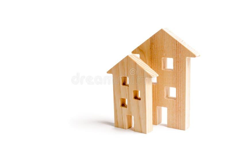 Drewniani domy na białym tle Rosnący popyt dla mieścić i nieruchomości Przyrost miasto i swój populacja inwestuje obraz stock