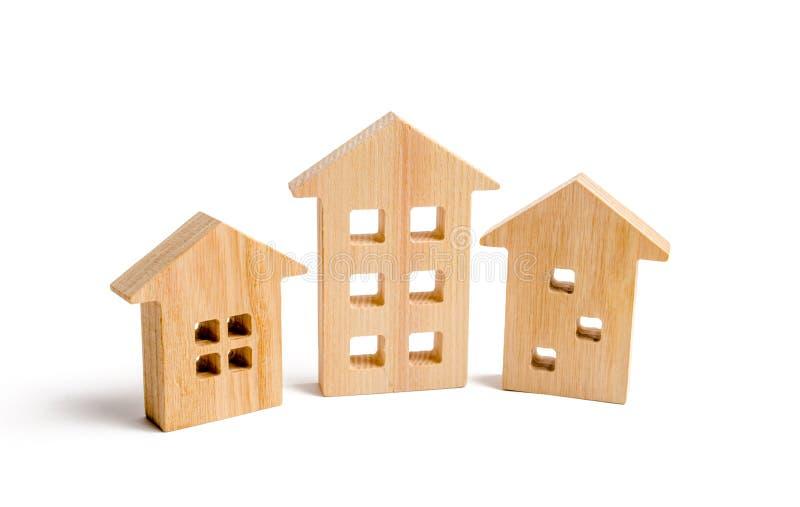 Drewniani domy na białym tle Rosnący popyt dla mieścić i nieruchomości Przyrost miasto i swój populacja inwestuje obrazy royalty free