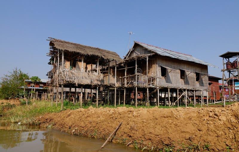 Drewniani domy w Intarsja jeziorze, Myanmar zdjęcia royalty free