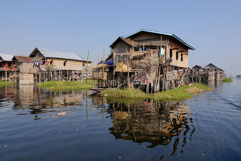 Drewniani domy w Intarsja jeziorze, Myanmar fotografia royalty free