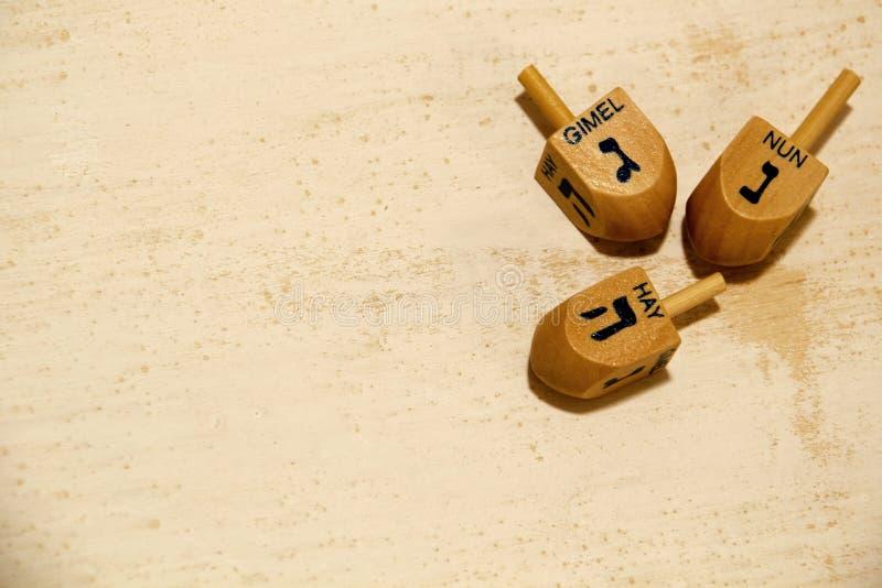 Drewniani dreidels dla Hanukkah na rocznika tle zdjęcie stock