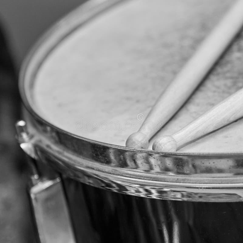 Drewniani drumsticks k?amaj? na b?benie, czarny i bia?y fotografia obrazy royalty free