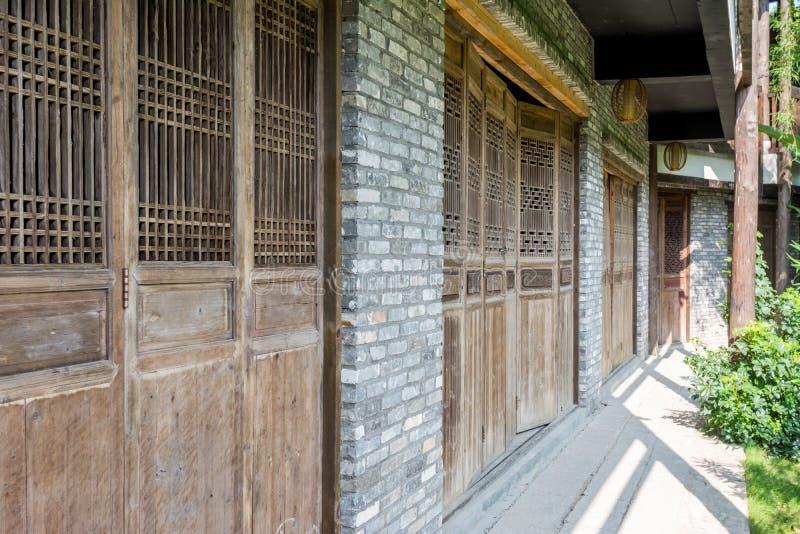 Drewniani drzwi Chiński stary Hakka& x27; s dom fotografia stock