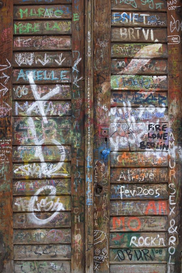 drewniani drzwiowi graffiti obraz stock
