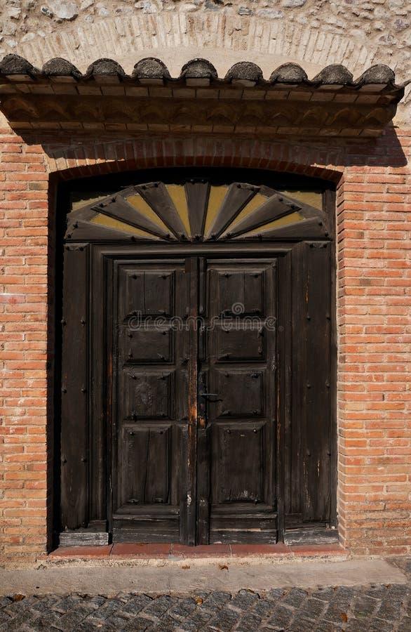 drewniani drzwiowi starzy ornamenty fotografia stock