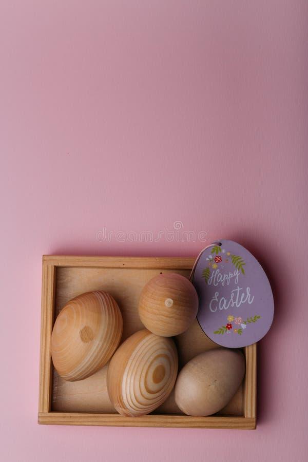 Drewniani jajka, puste miejsca dla farbować jajka, dla pascuka, kłamają w drewnianym pudełku obok go jest w formie purpurowego ko zdjęcia stock