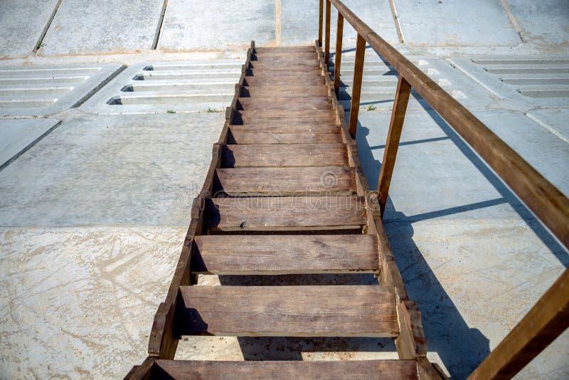 drewniani kroki iść w dół skłon, Drewniany schody z jeden ostro protestować zdjęcie stock