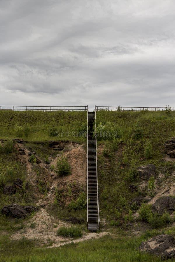 Drewniani kroki lub schodek na wzgórzu fotografia stock