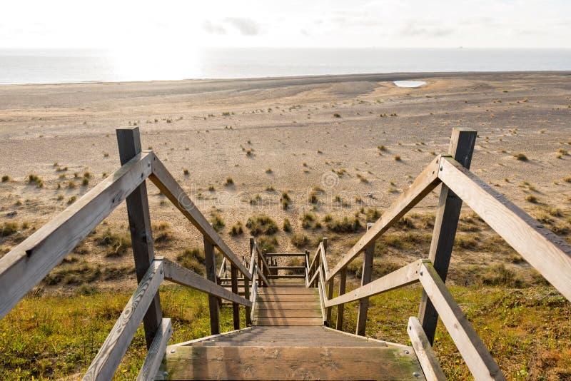 Drewniani kroki przewodzi w dół nad plaży i piaska diunami przy Lowestoft Suffolk obraz royalty free