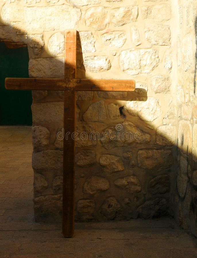 Drewniani krzyż, zasadzony na starej ścianie, kontrascie między lekkim i ciemności, zdjęcia royalty free