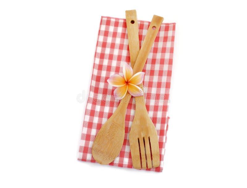 Drewniani kulinarni naczynia z czerwonym w kratkę płótnem odizolowywającym na bielu fotografia royalty free