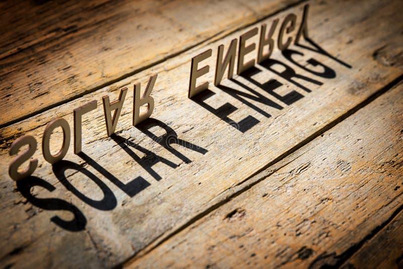 Drewniani listy budują słowo energię słoneczną fotografia stock