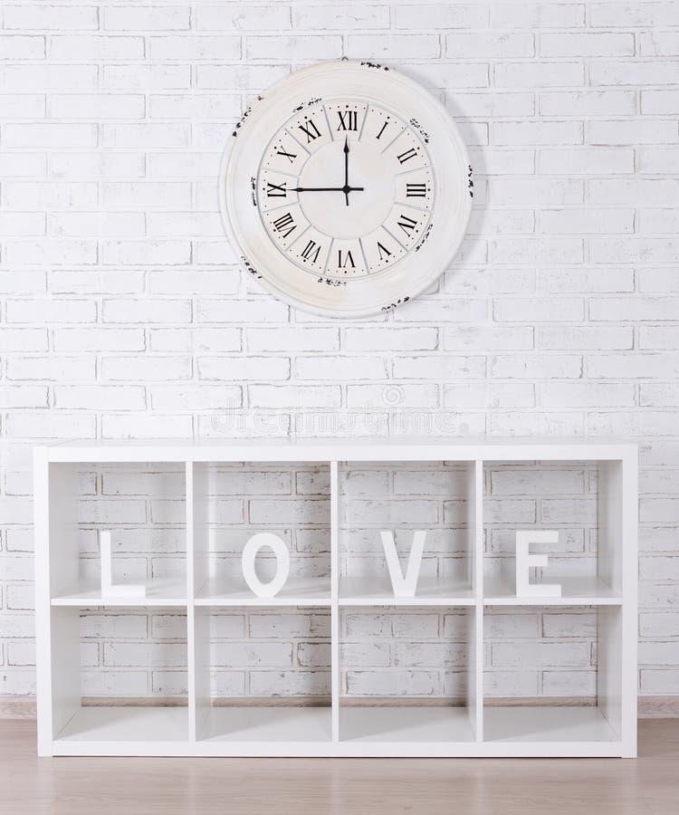 Drewniani listy tworzy słowo miłość w nowożytnych półki i rocznika clo zdjęcia stock