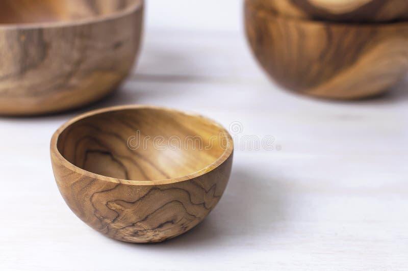 Drewniani naczynia dla kuchni, puchary, talerze na lekkim tle Pojęcie naturalni naczynia, zdrowy styl życia obraz stock