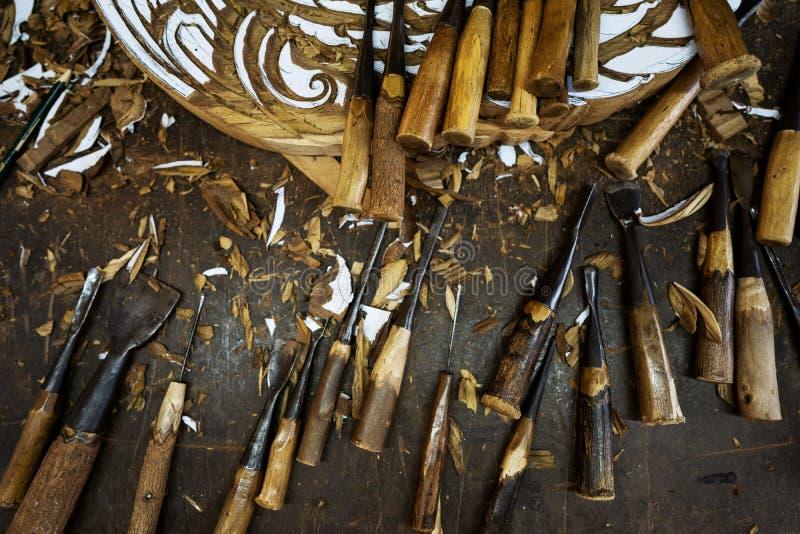 Drewniani narzędzia są na stole blisko produktu royalty ilustracja