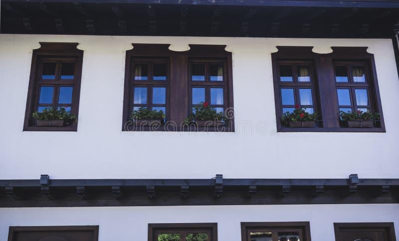 Drewniani okno przy ścianą biały duży dom zdjęcie stock