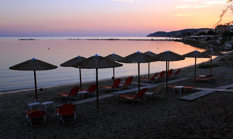 Drewniani parasole i krzesła przy plażą obraz stock