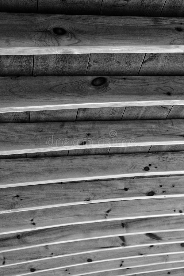 Drewniani promienie przypomina ziobro wspiera szalunku dach w cieniach popielaty zdjęcie stock