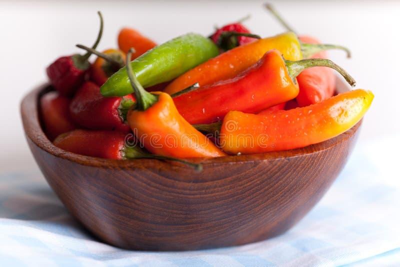 drewniani pucharów chillies obrazy royalty free