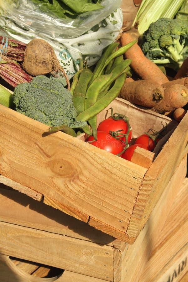 drewniani pudełkowaci świezi warzywa zdjęcia royalty free