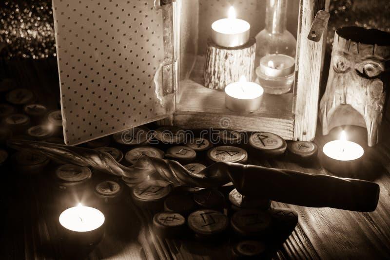 Drewniani runes i magiczna r??d?ka fotografia royalty free