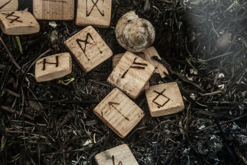 Drewniani runes na ziemi zdjęcia royalty free