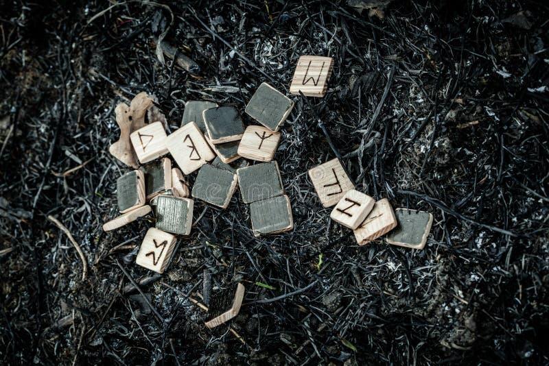 Drewniani runes na ziemi obrazy stock