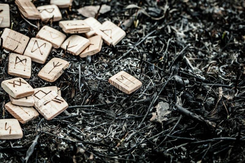Drewniani runes na ziemi zdjęcie royalty free