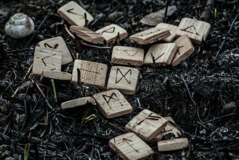 Drewniani runes na ziemi obraz stock
