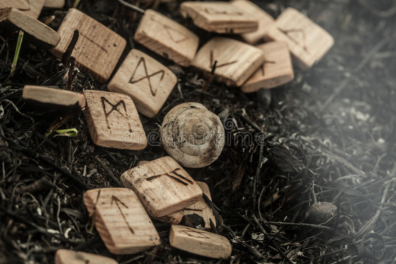 Drewniani runes na ziemi obrazy royalty free