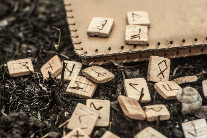 Drewniani runes na ziemi fotografia stock