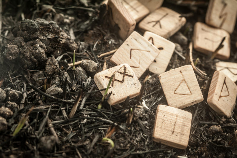 Drewniani runes na ziemi obraz royalty free