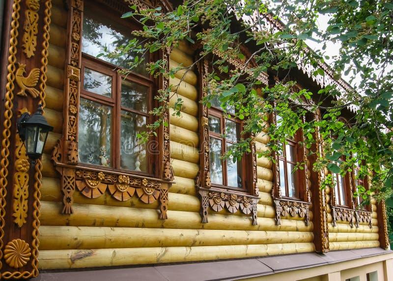 Drewniani rzeźbiący architektoniczni szczegóły w Suzdal, Vladimir region, obraz stock