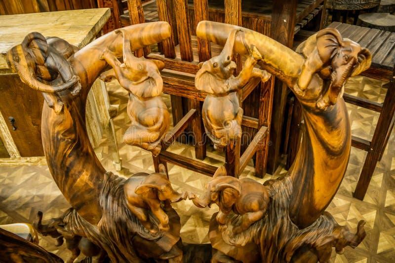 Drewniani rzeźbiący słonie zdjęcia royalty free