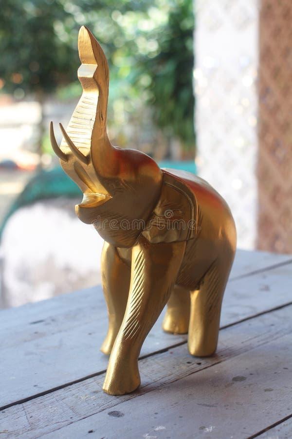 Drewniani słonie dekorują z złotem atrakcyjna domowa robić pamiątka dla turystyki od Tajlandia obrazy stock
