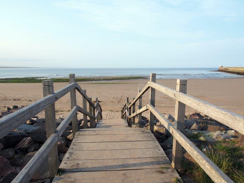 Drewniani schodki i plaża obrazy royalty free