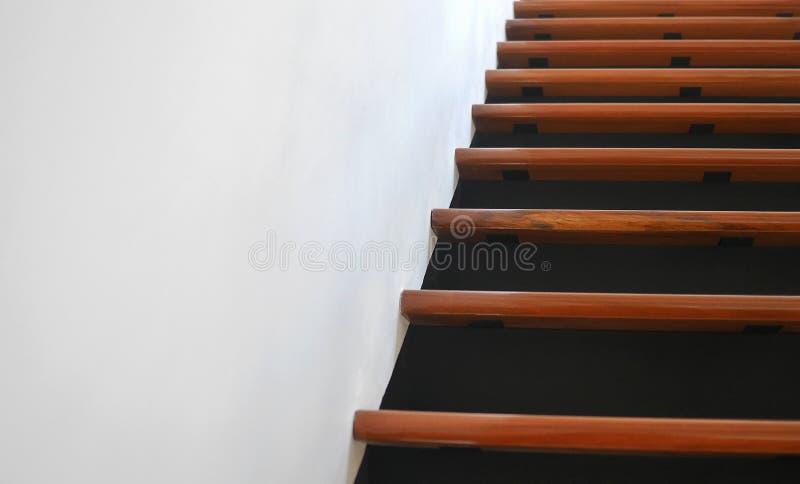 Drewniani schodki w nowożytnym domu, abstraktów kroki obrazy stock