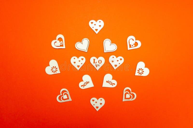 Drewniani serca na pomarańcze papieru tle Walentynka dnia tło z handmade zabawkarskimi sercami na pomarańcze papierze zdjęcie stock