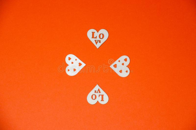 Drewniani serca na pomarańcze papieru tle Walentynka dnia tło z handmade zabawkarskimi sercami na pomarańcze papierze fotografia royalty free