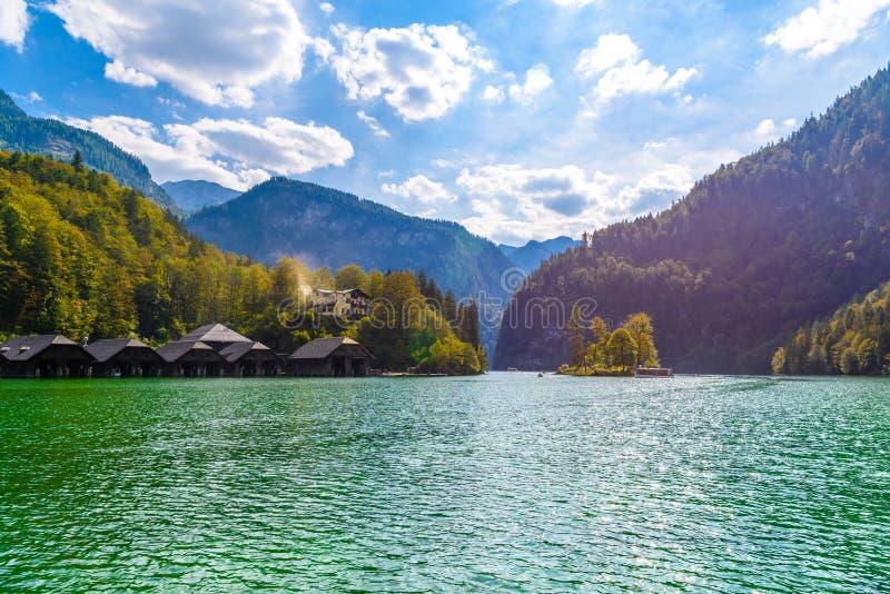 Drewniani starzy domy na jeziorze, Schoenau s? Koenigssee, Konigsee, Berchtesgaden park narodowy, Bavaria, Niemcy zdjęcia stock