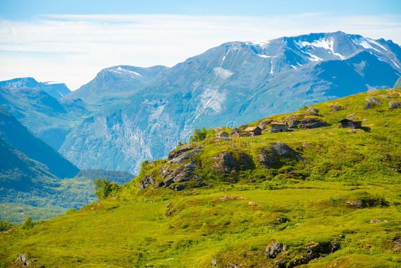 Drewniani starzy domy w górzystym regionie są rosnący halny Dalsnibba, Norwegia obrazy royalty free