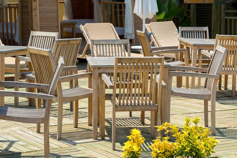 Drewniani stoły i krzesła w plenerowej kawiarni, Turcja obraz stock