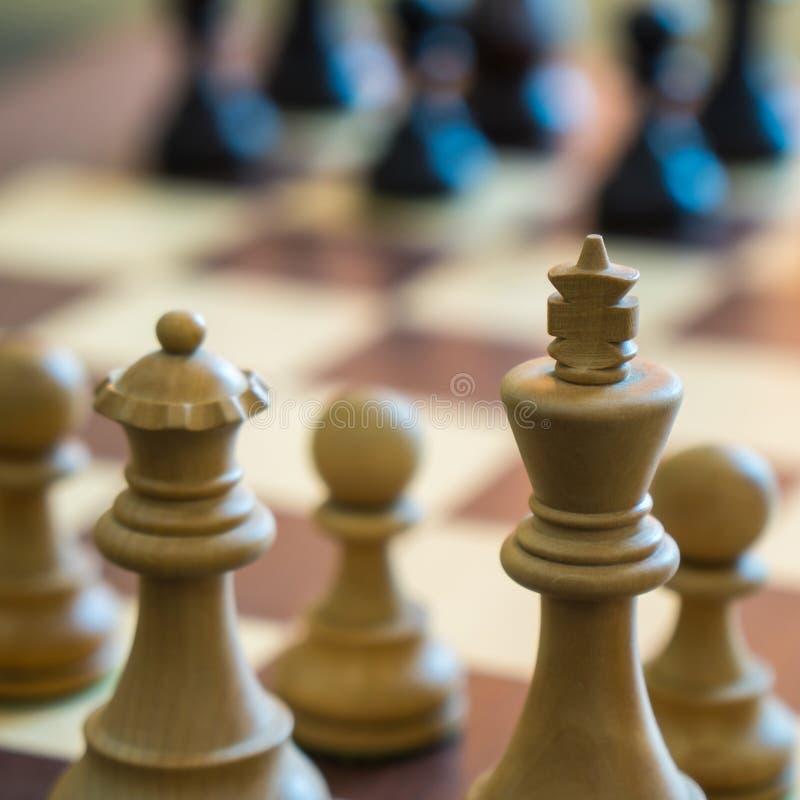 Drewniani szachowi kawałki na pokładzie gry, sport obraz royalty free