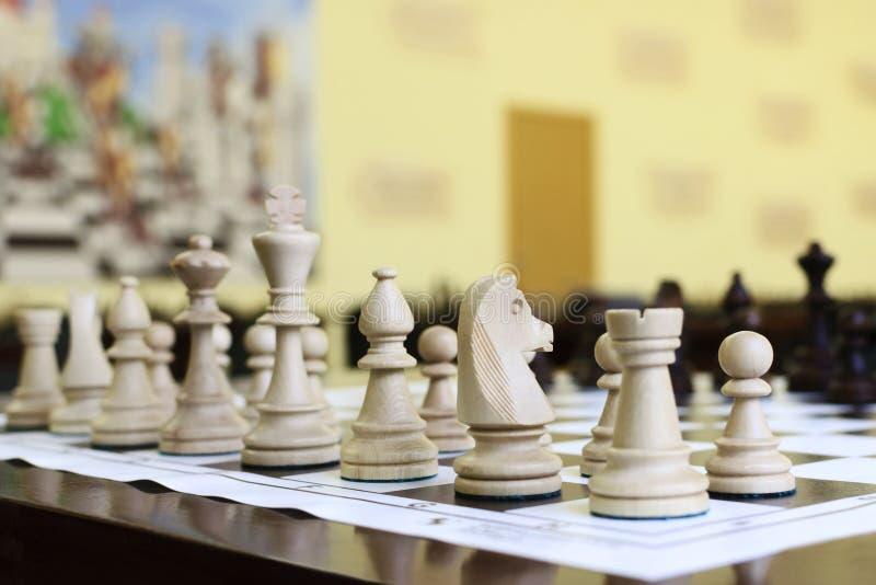 Drewniani szachowi kawałki na stole zdjęcia stock